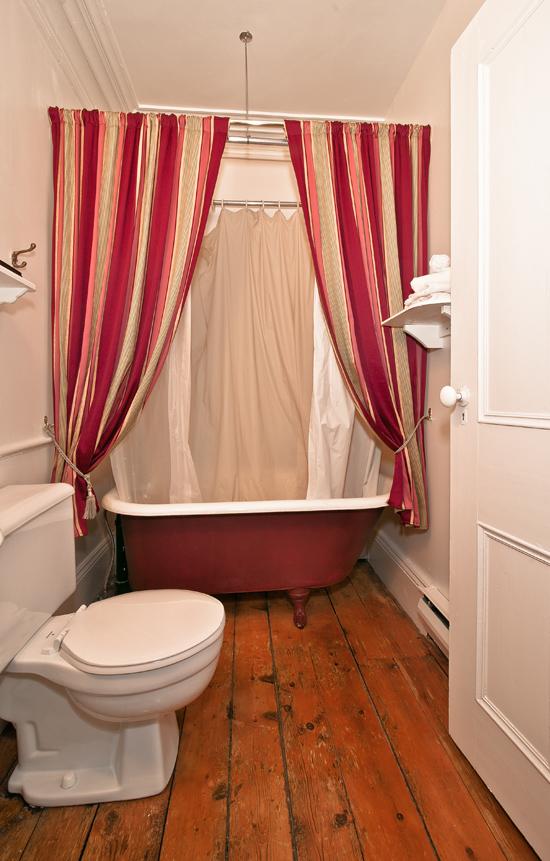 Auberge des les du bic for Salle de bain avec bain sur pattes